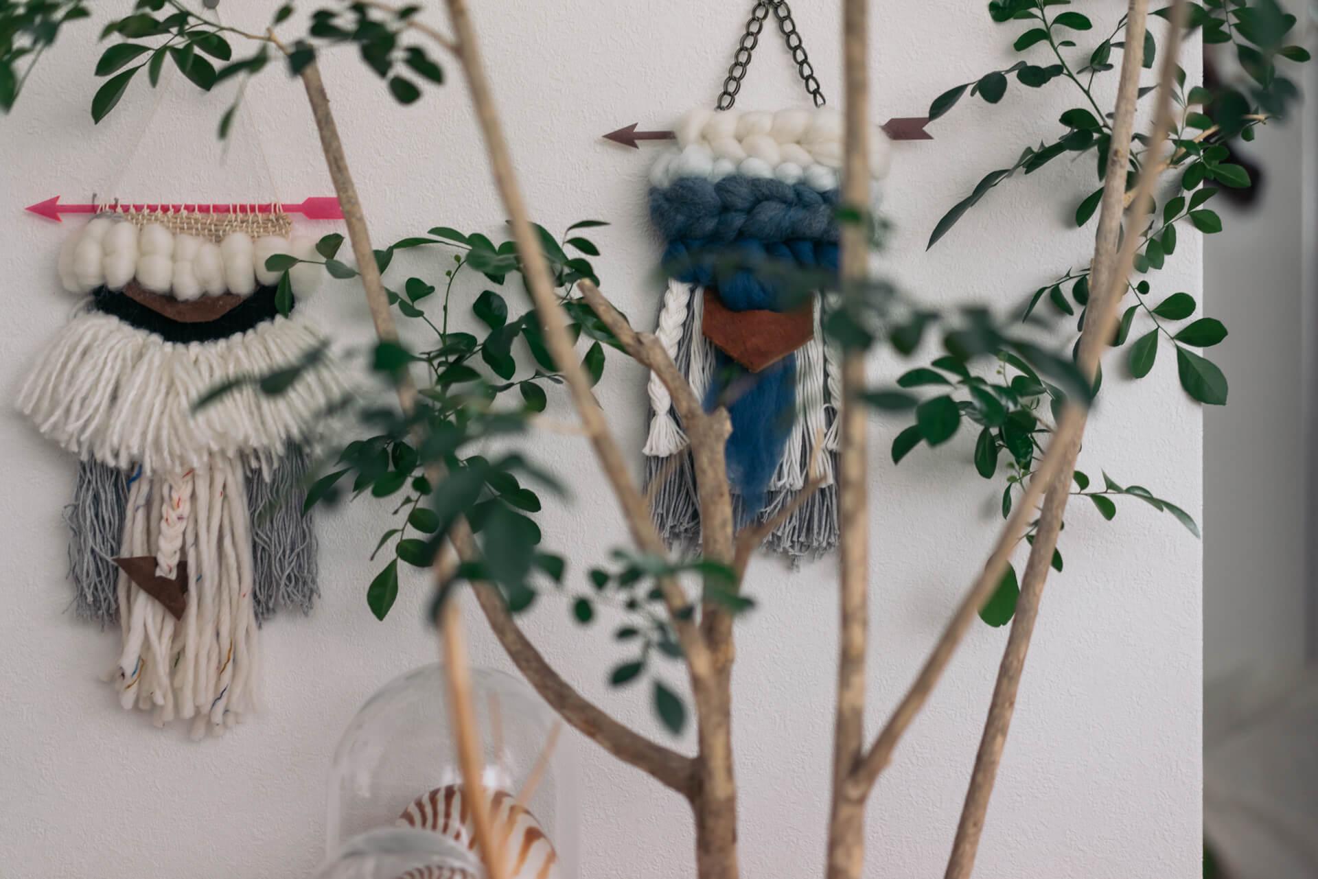 いろいろな国の民芸品が好き、というKatsuraさん。部屋のあちこちに飾られているウォールハンギングは、じつはお手製。ウィービングという、手織りのタペストリーです。