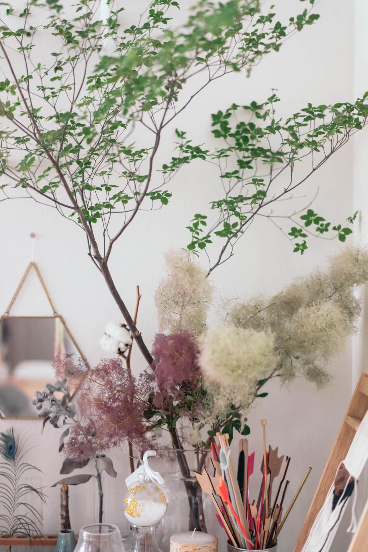 テーブルの上には、大きなドウダンツツジとスモークツリーの枝モノ。