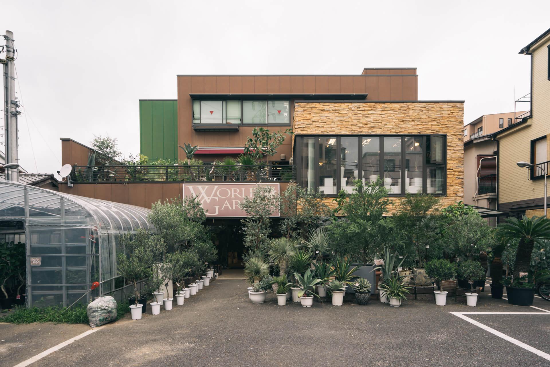 小岩の住宅街にある、2階建て店舗。観葉植物のみを扱う、専門店です。