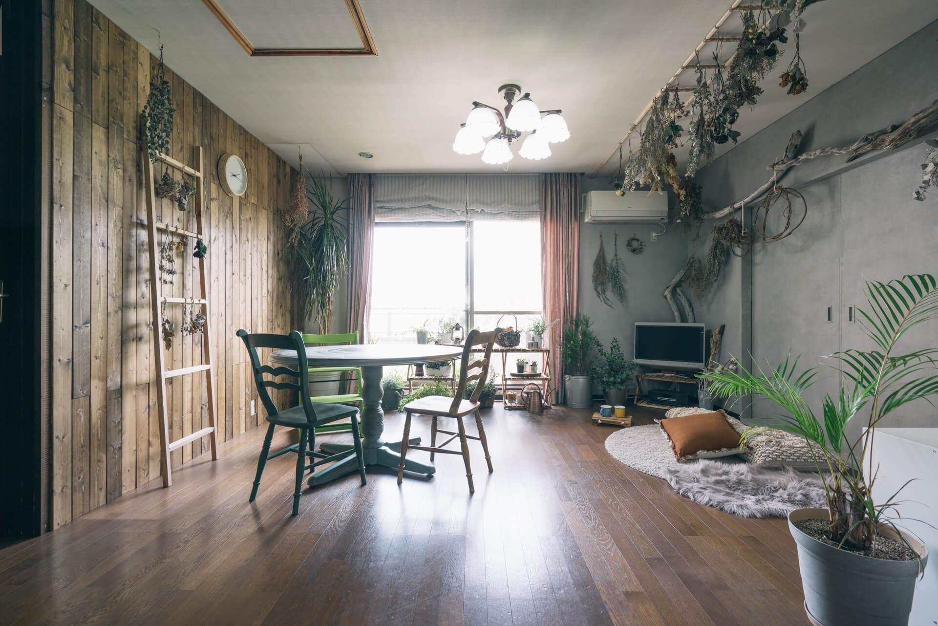 東京都にお住まいのmamiさんのリビング。お庭に咲いたお花や、グリーンが楽しくたくさん飾られた、素敵なお部屋でした。