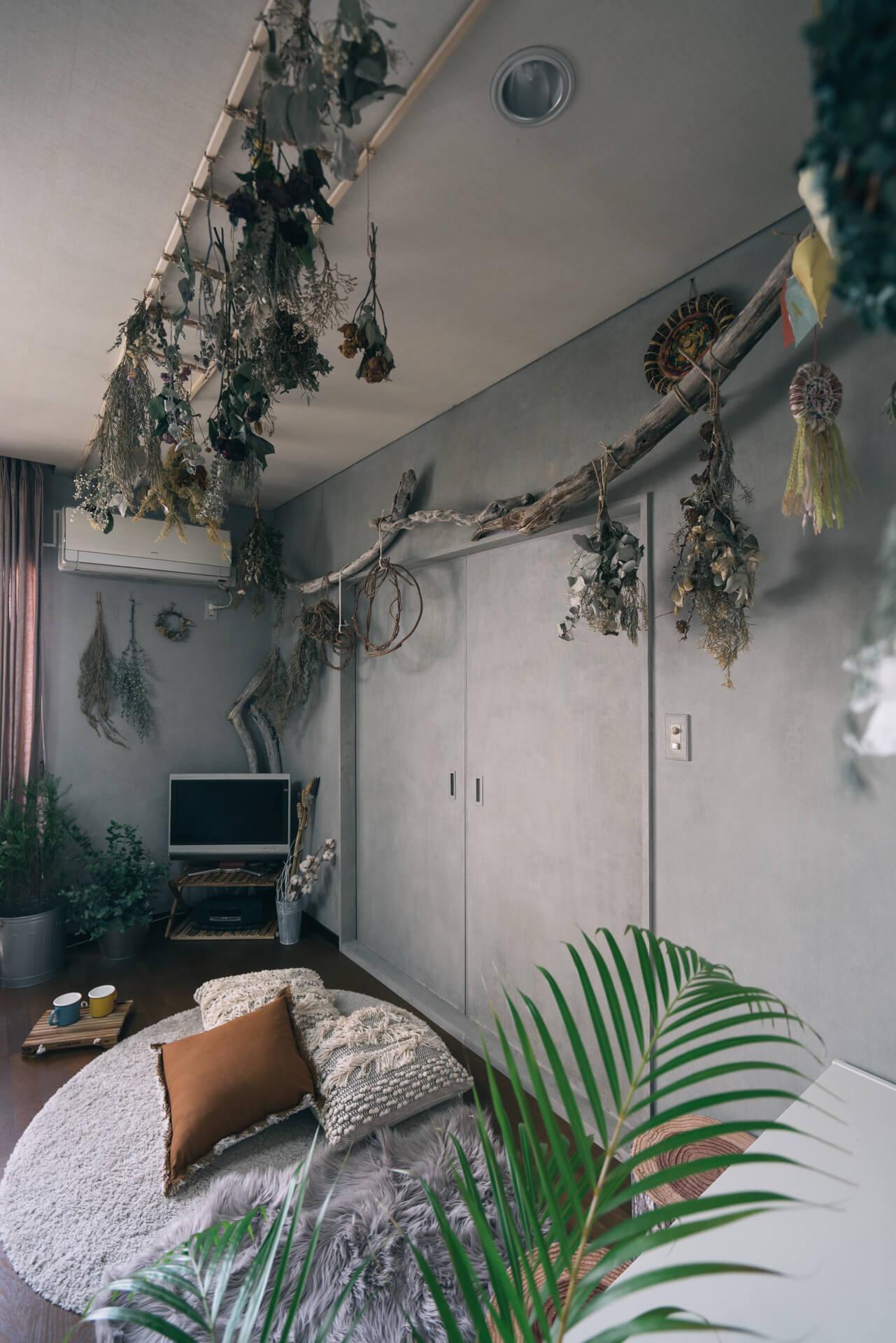 流木や、ドライフラワーがたくさん飾られ、部屋の中でもピクニックしてるみたいな気分!壁は雰囲気に合うよう、自分でペイントしました。