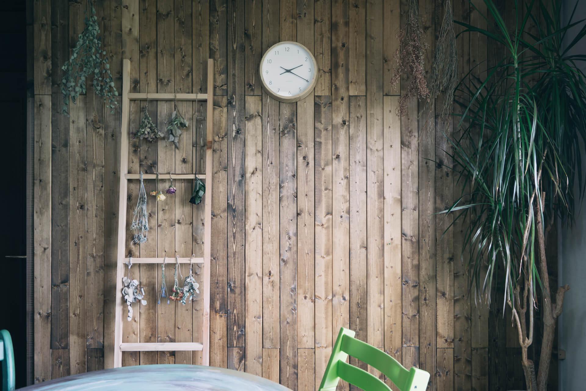 反対側の壁には、木材を貼って。部屋の中でも森を感じられるインテリアです。