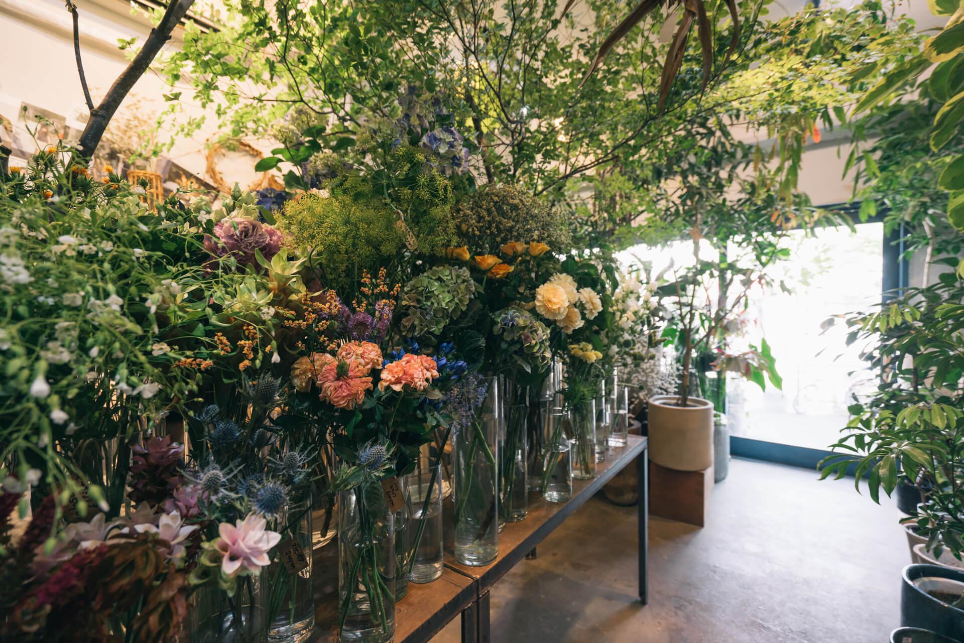 店内中央のテーブルにはたくさんの生花。