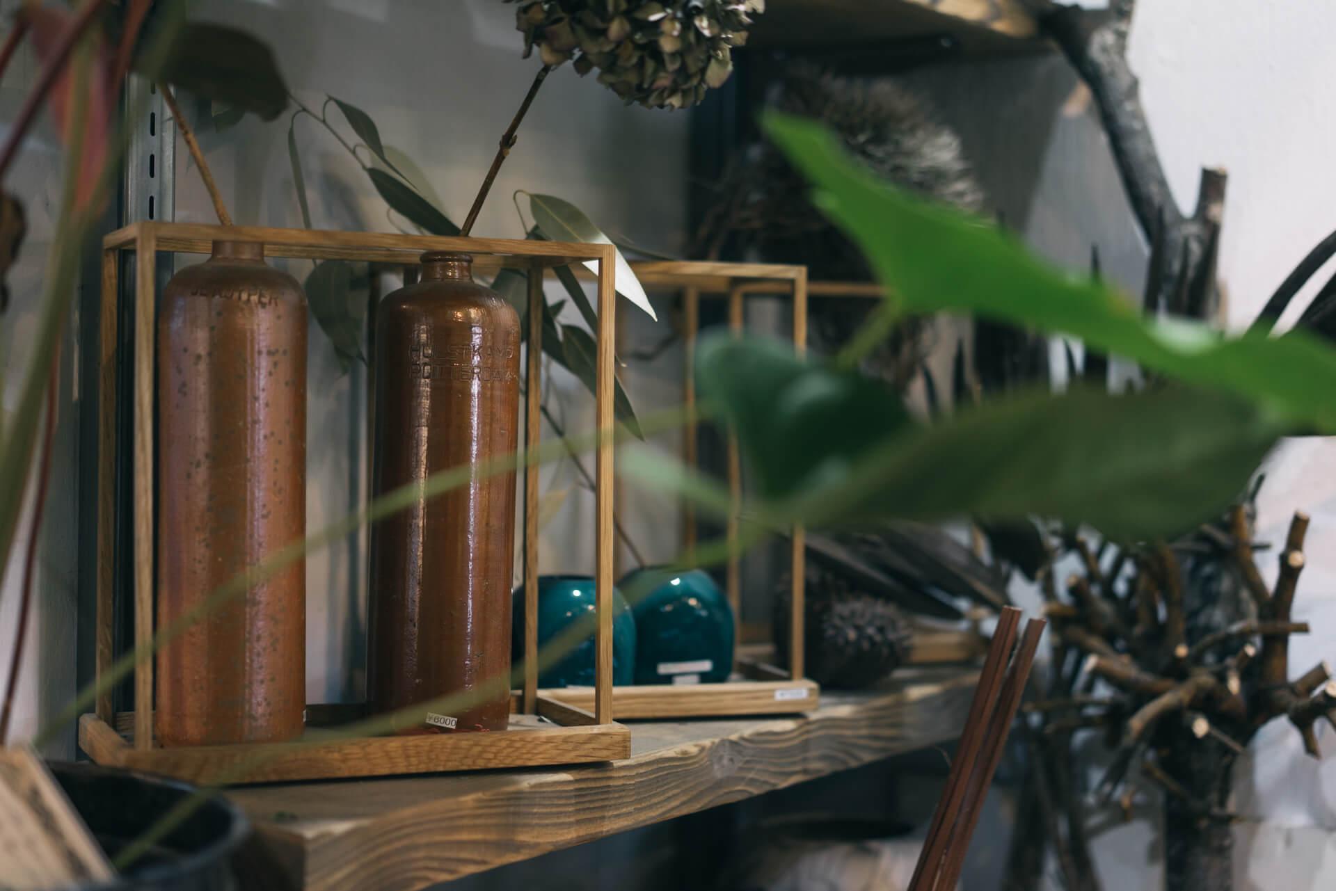 フラワーベースやドライの植物と組み合わせられる、木の枠も格好いい。