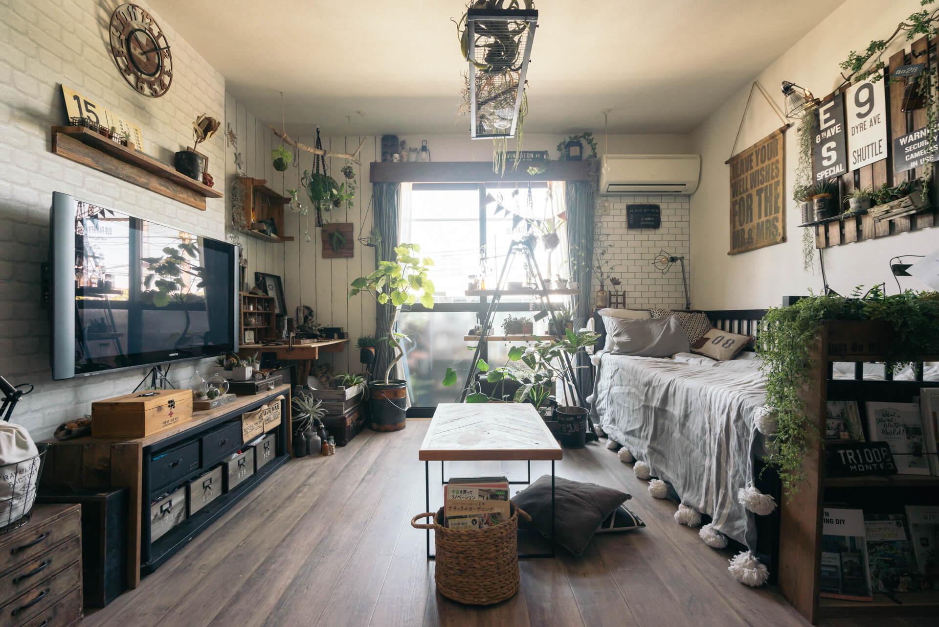 はがせる壁紙や、つっぱりウォールなどを最大限活用して、現状回復可能な範囲で賃貸DIYを楽しんでいるakiさんの部屋。たくさんの小物があっても全体をまとめるセンス、お手本にしたいです。(このお部屋はこちら)