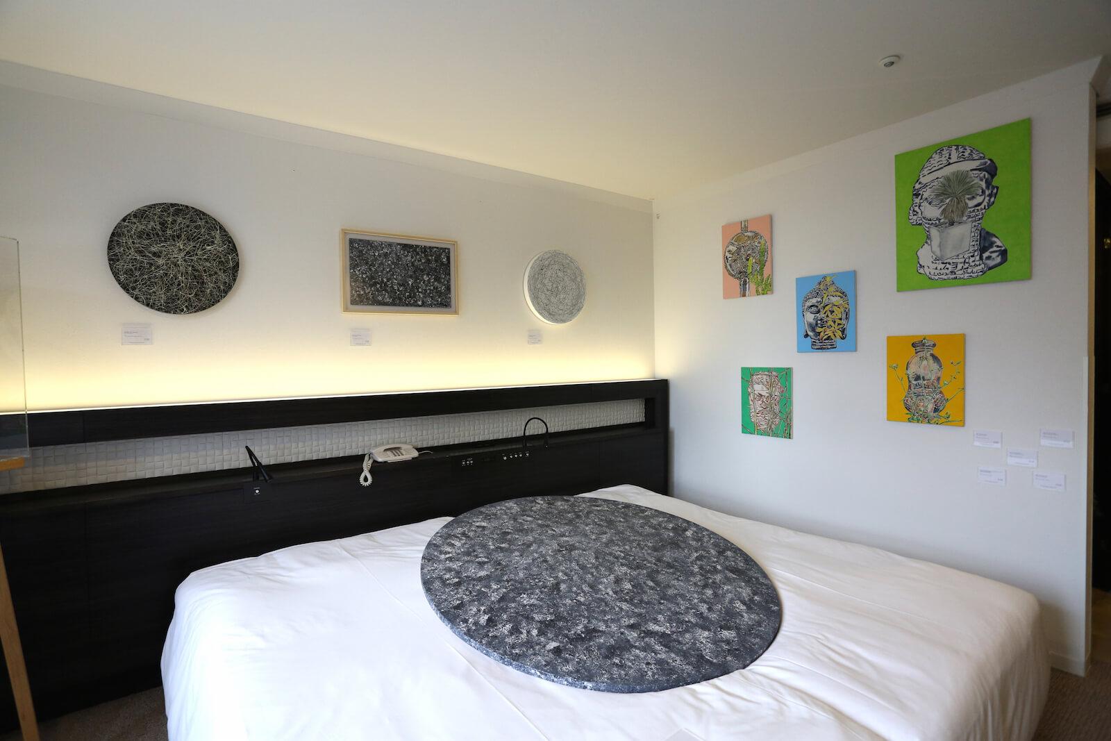ホテルの客室が会場に。「ART OSAKA 2017」(ホテルグランヴィア大阪)