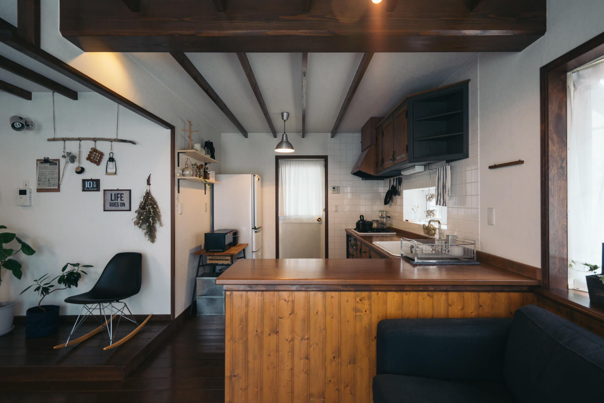こちらがキッチン。大きなL字のカウンターで、使い勝手が良さそうです。