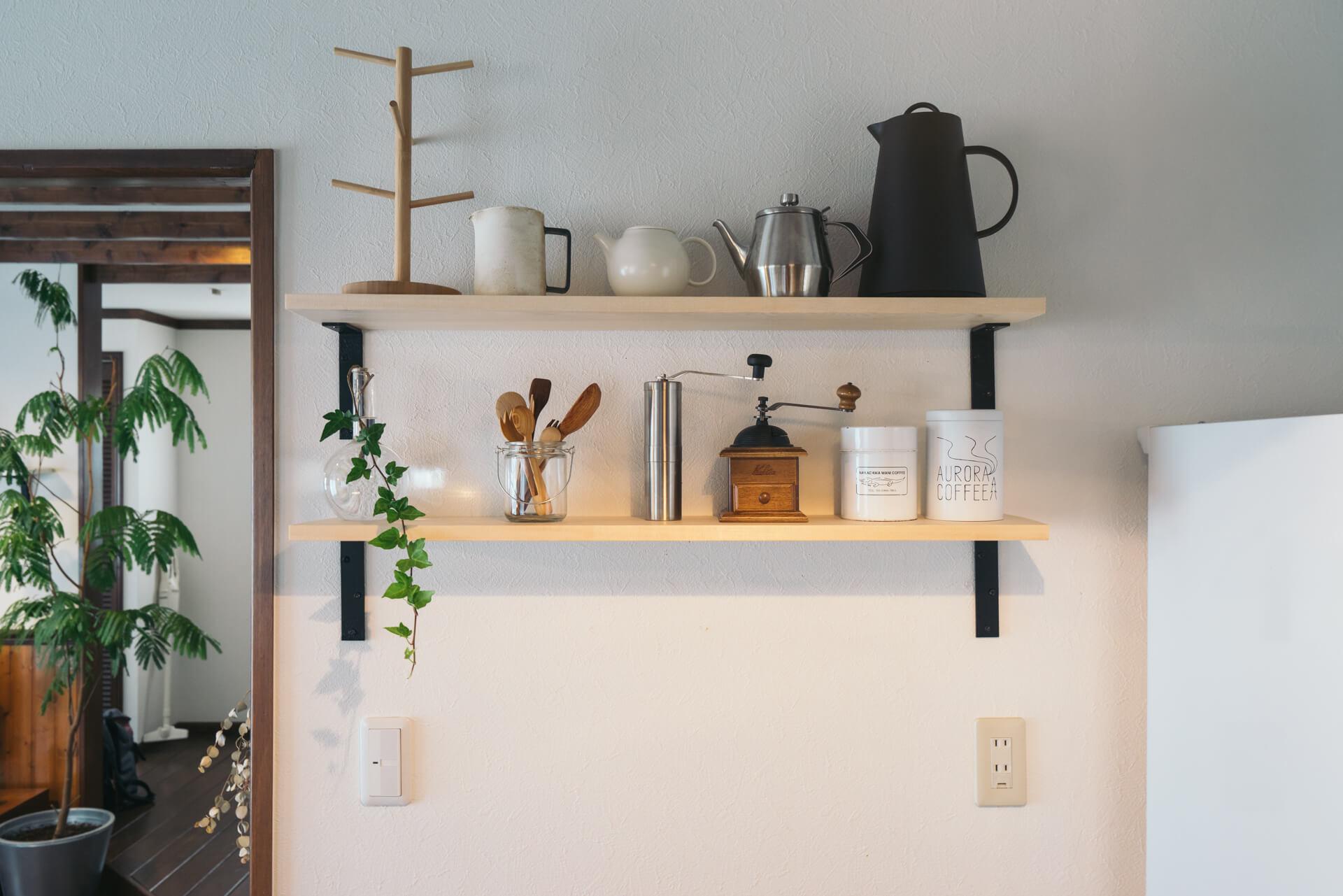 キッチン背面の棚には、お茶やコーヒーの道具がセンスよく並びます。