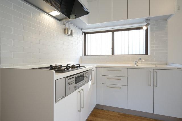 吊り戸棚も白。タイルも白。このシンプルさが素晴らしい。