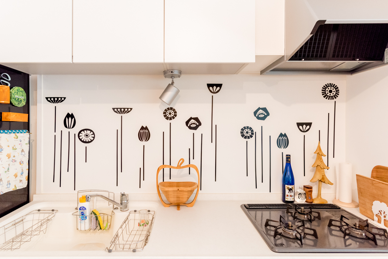 ウォールステッカーはいろいろな種類のものが出ていてキッチンに合うものを選ぶのも楽しいですよ(このお部屋はこちら)