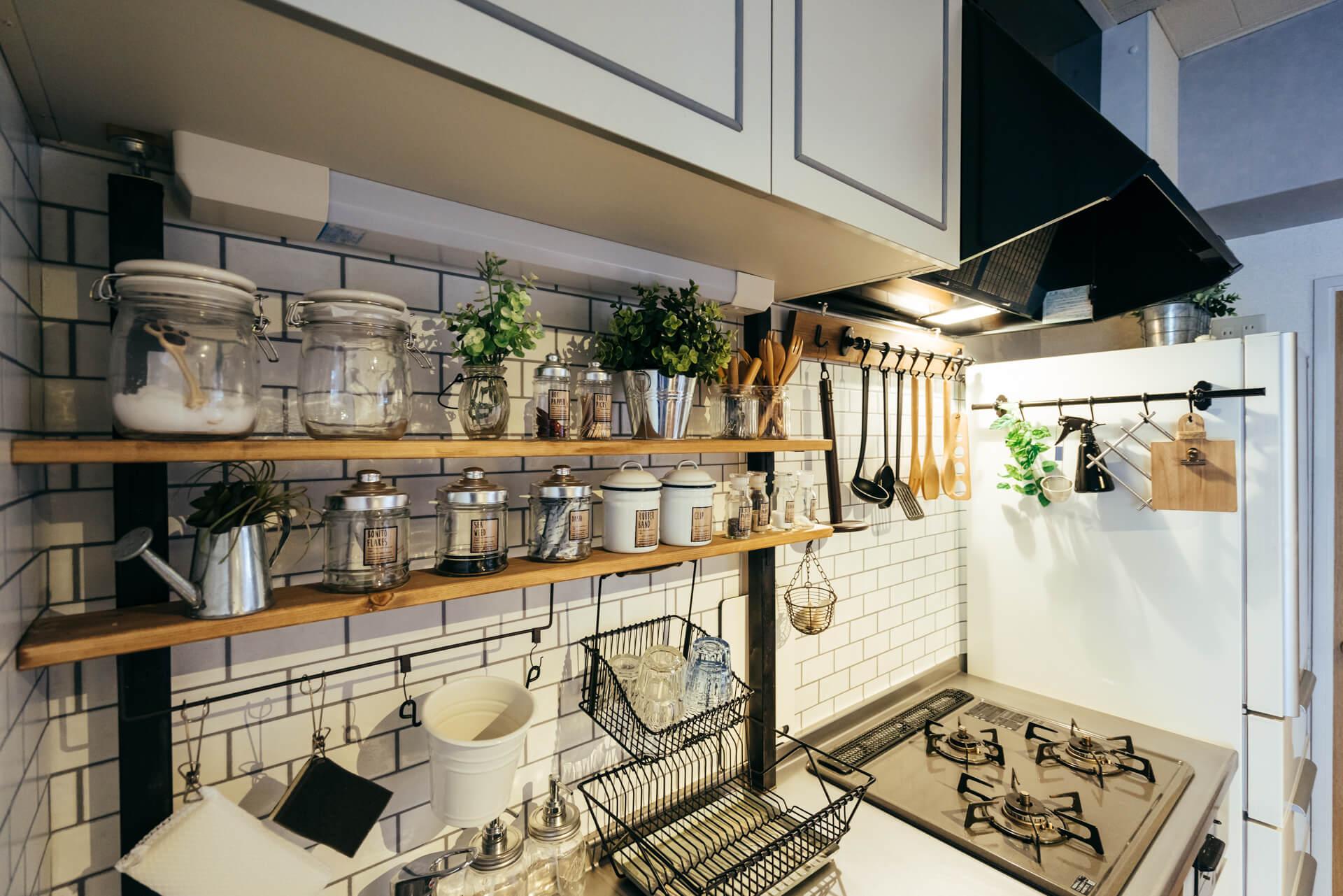 Kaniさんのお部屋では、使い勝手の悪かった水切り棚を外してしまって、アジャスター金具を使って使いやすいオープン収納をつくりました。