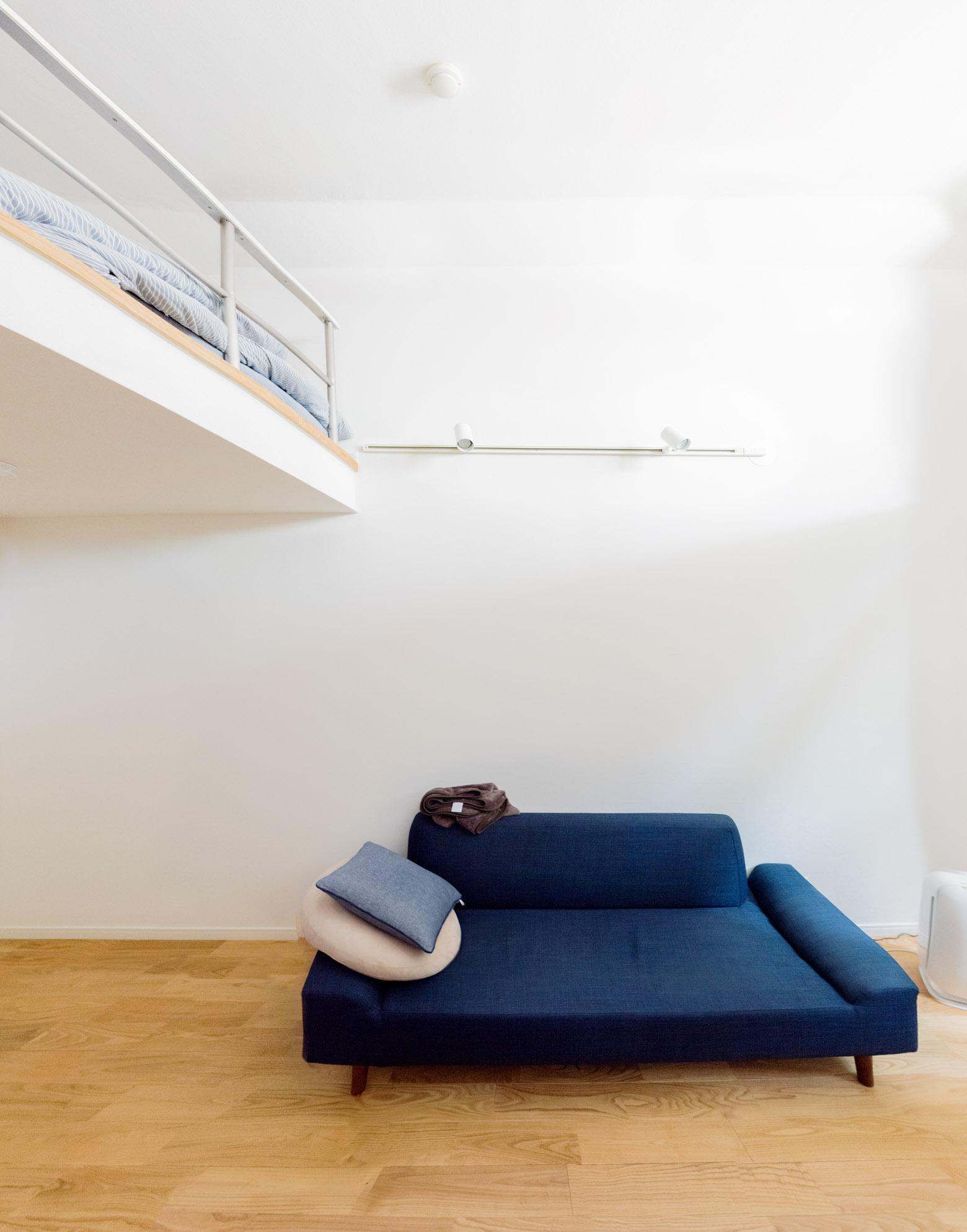 まるでモデルルームのようなシンプルさが天井高とあいまって広々と感じさせている。