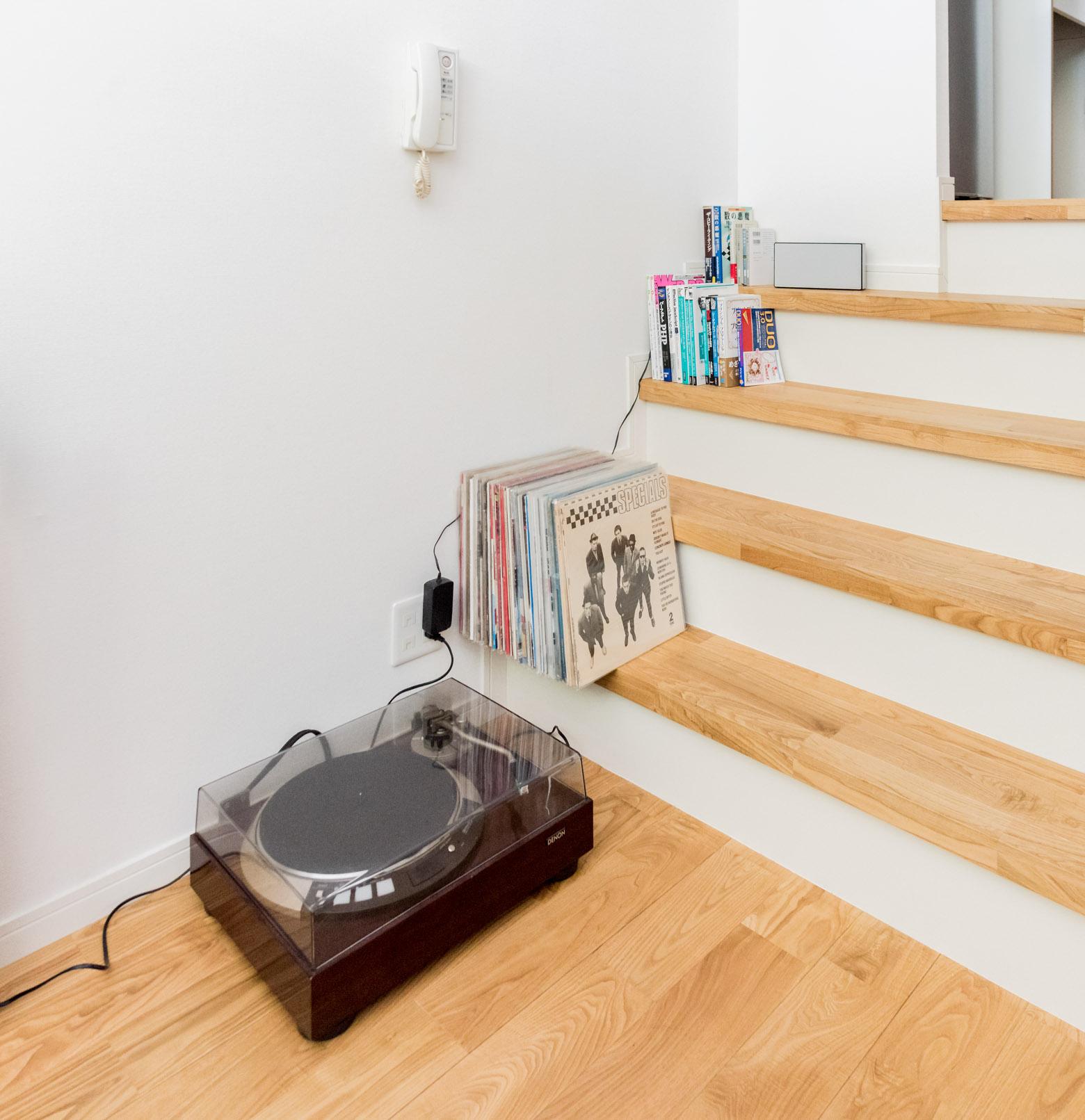 物らしい物といえばこれぐらい。本もここにあるのがすべてという。階段に置くっていうのがまたかっこいいではないか。