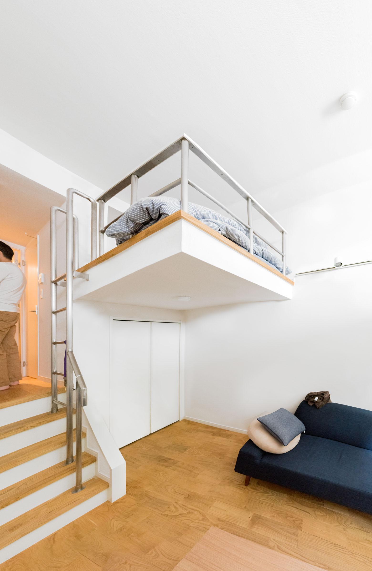 収納の上にベッドスペースが。これがほんとうのロフトだよな、と思った。この天井の高さならではだ。かっこいい。