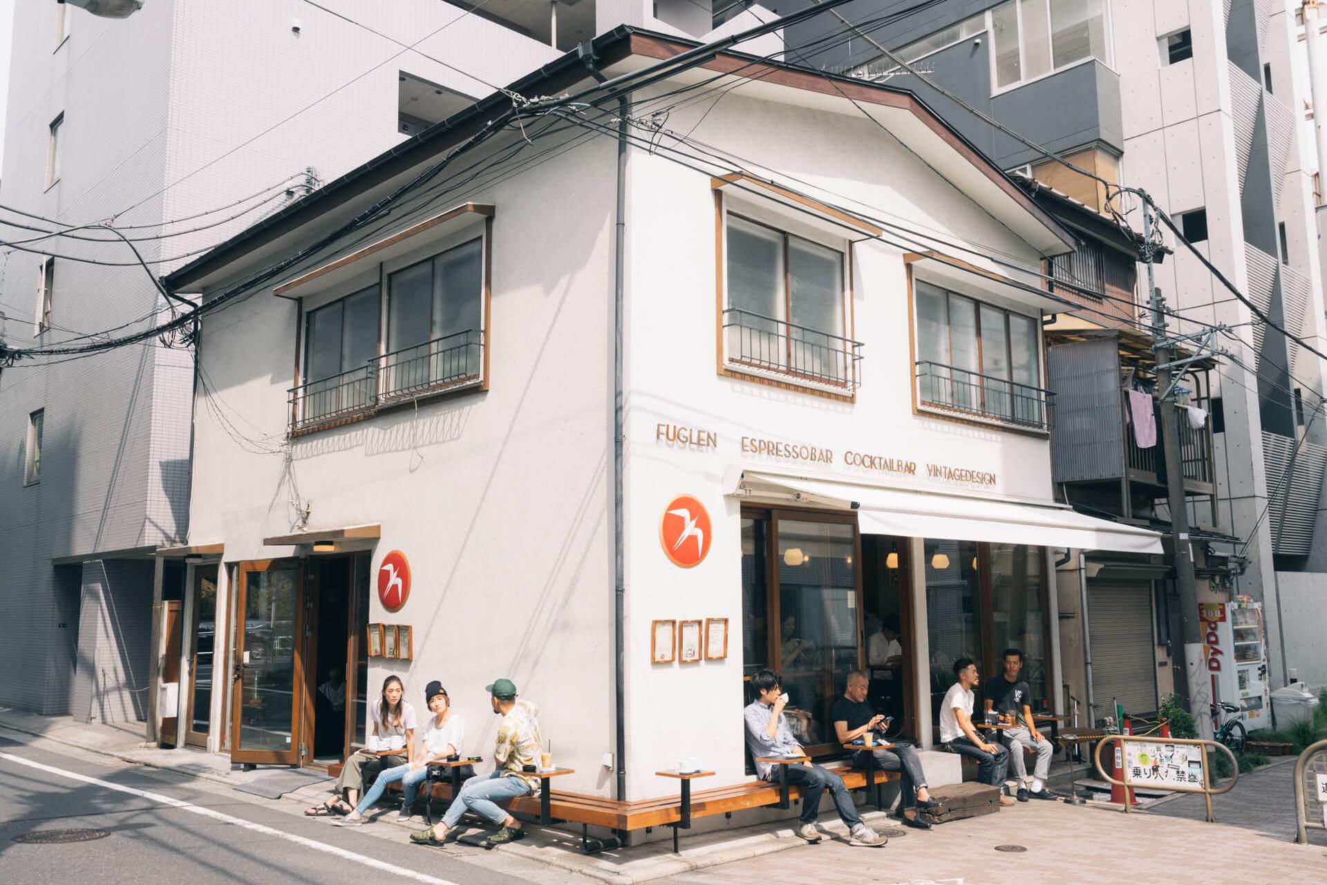 """小さな一軒家をリノベーションした店舗。""""Fuglen""""とは、ノルウェー語で「鳥」という意味。赤い鳥のマークが目印です。"""