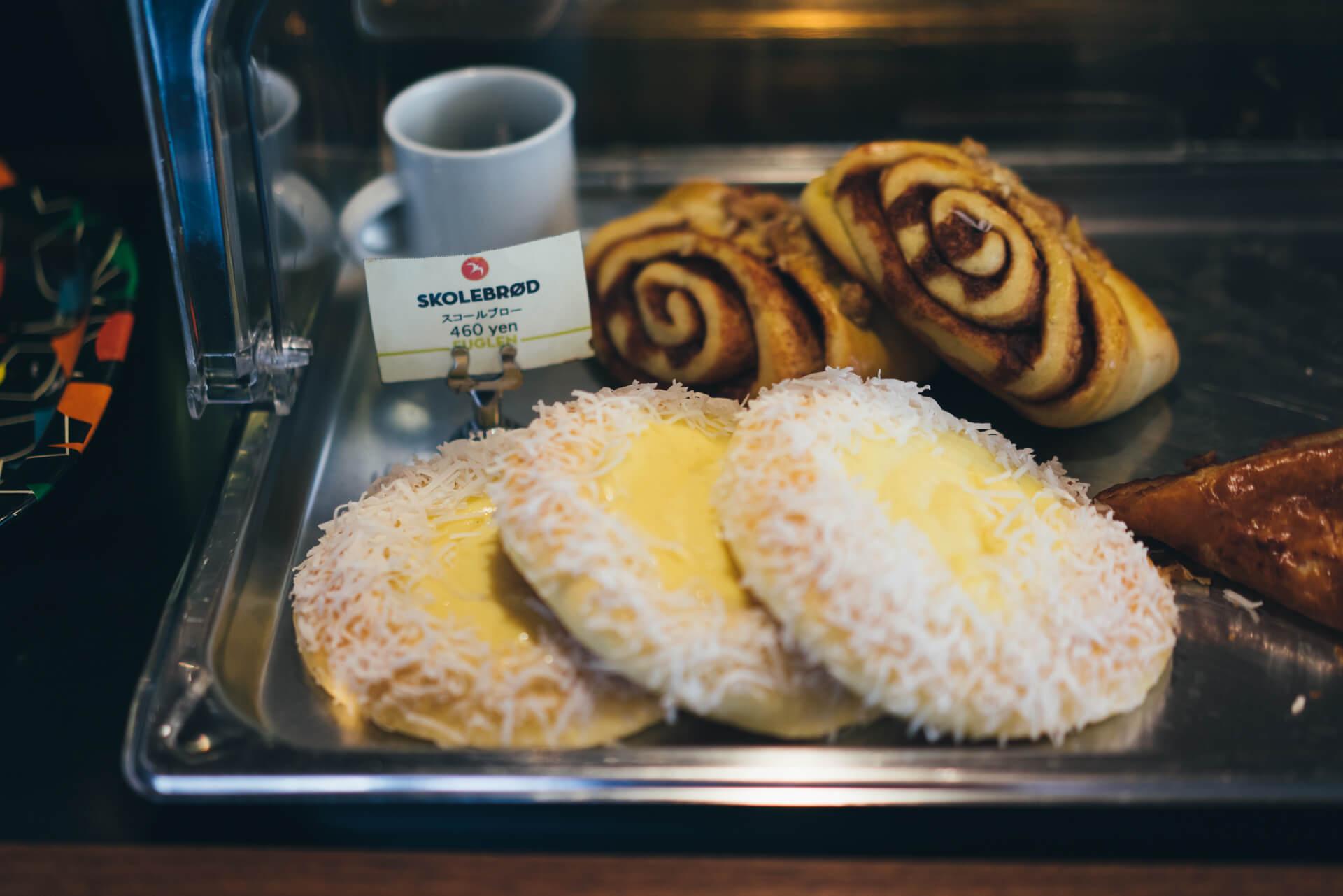 コーヒーと一緒にいただくパンも。スコールブローは、「スクール ブレッド」という意味。ノルウェーで愛される定番の菓子パンです。