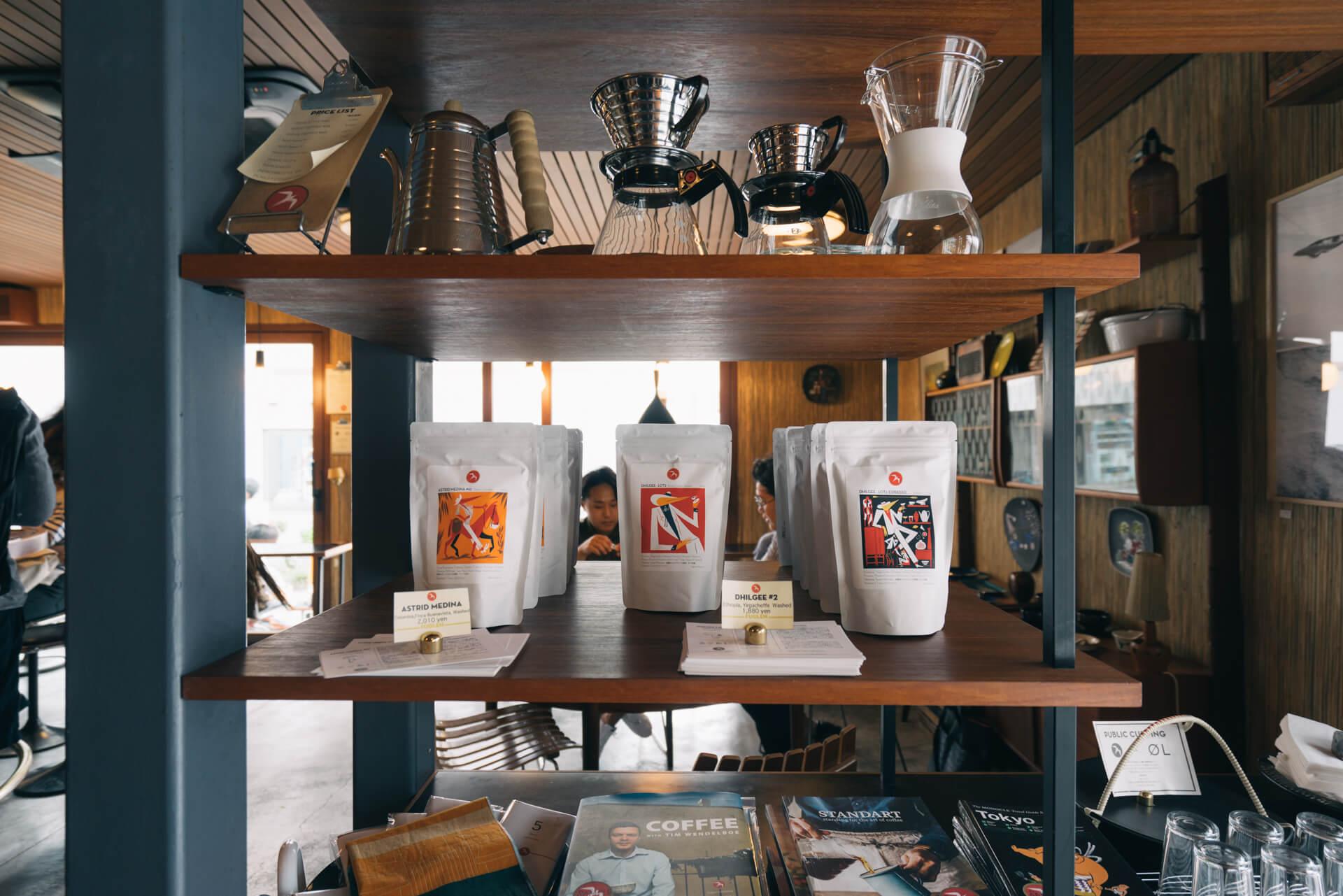 お店で淹れているのと同じ豆や、道具、それにコーヒーについてよく知ることのできる冊子なども販売。