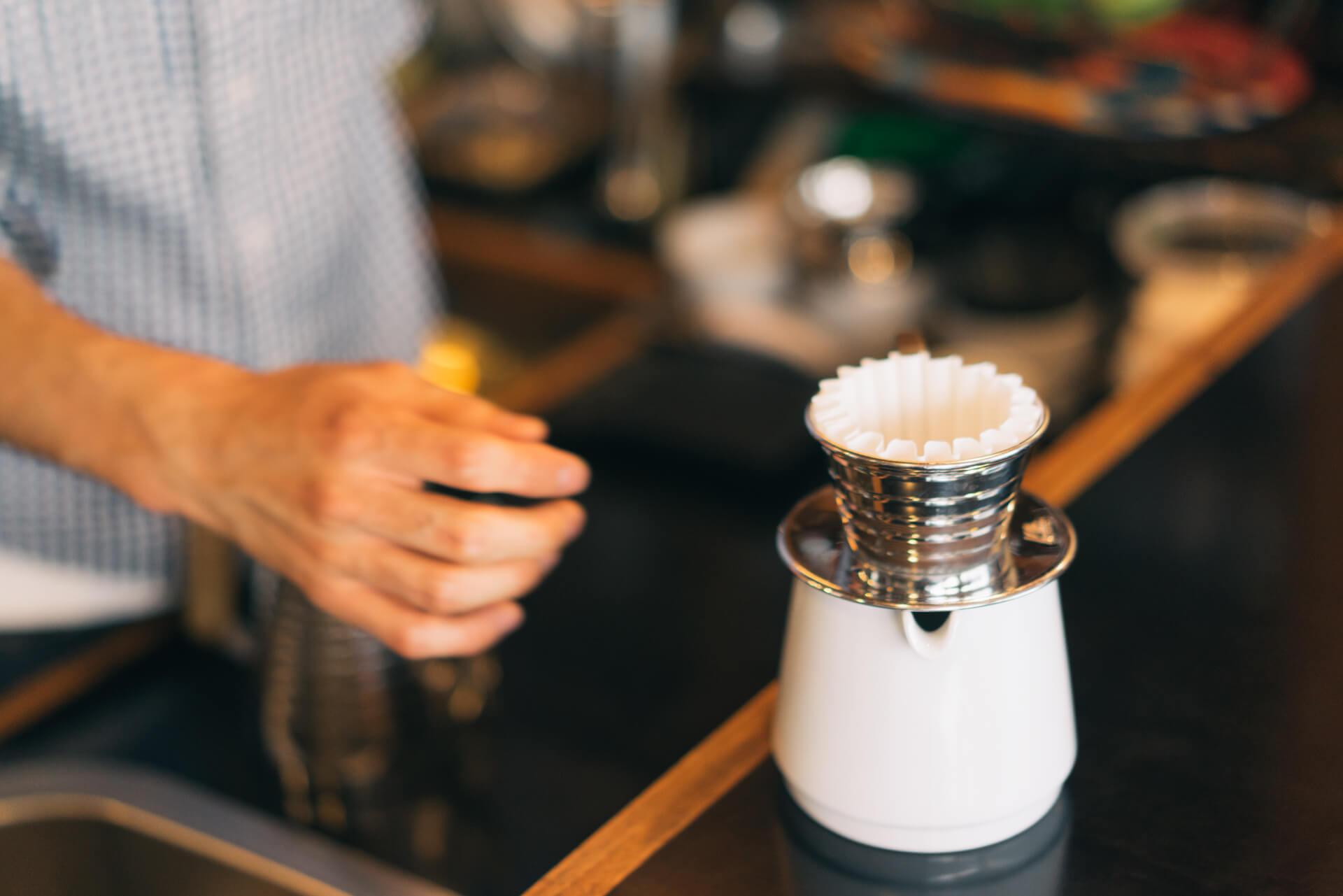 使用するのは、カリタウェーブ。フィルターが波形になっていて、コーヒーがフィルターとドリッパーの間から流れ、均一に淹れられます。「安定するので、おすすめです。自宅でも使っていますよ」と高橋さん。