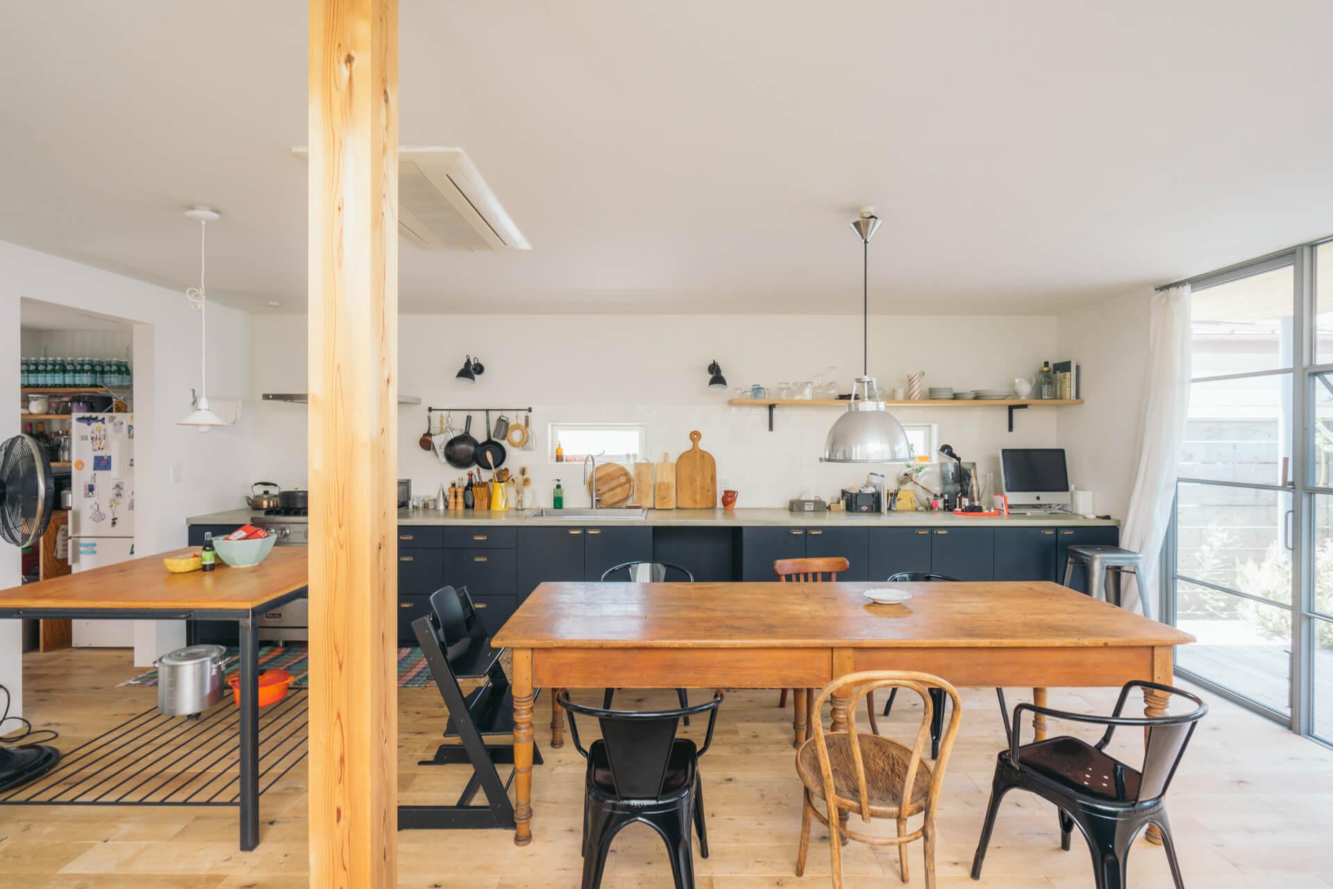 「絶対インパクトのあるものにしたかった」というキッチンは、リビング反対側の壁一面を贅沢に作業台に。大迫力です。