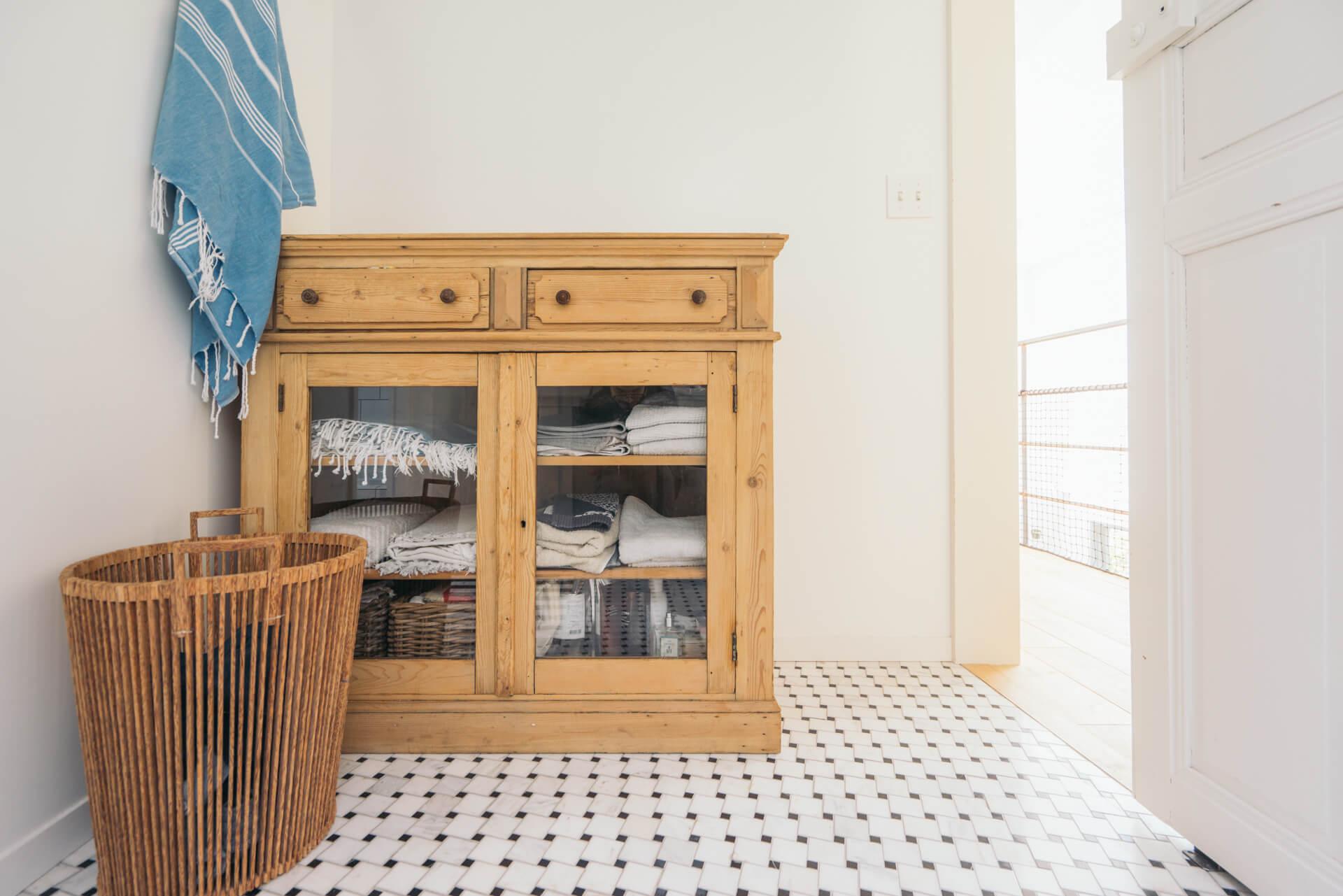 福岡の家具屋さんで購入したヴィンテージの棚をおいて。