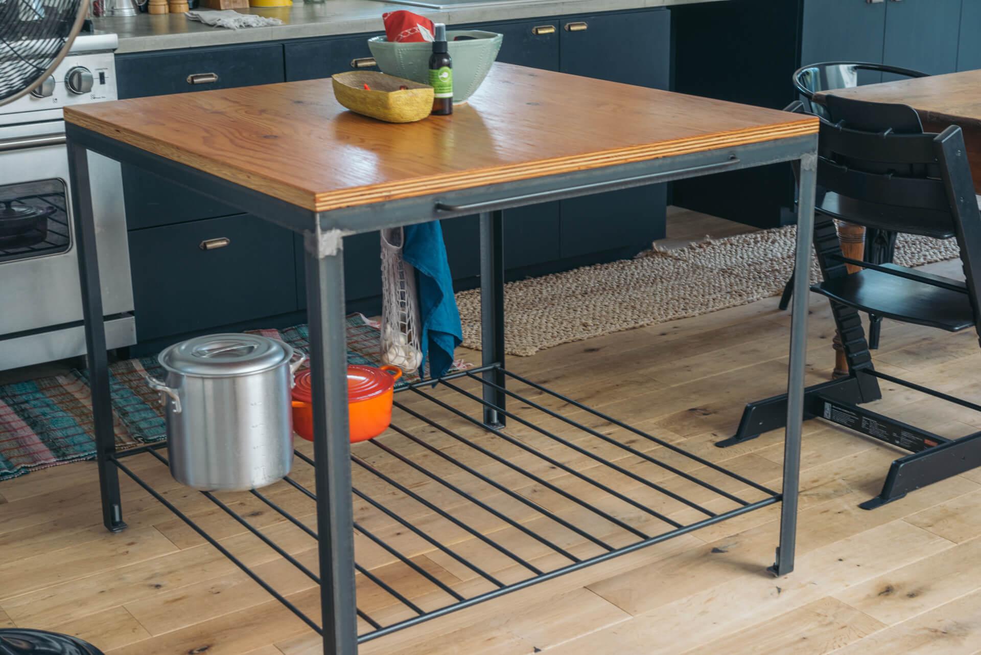 配膳のときにも便利な作業台も、鉄屋さん作。その鉄屋さん、ちょっと紹介してください、と思ってしまう素敵な出来。