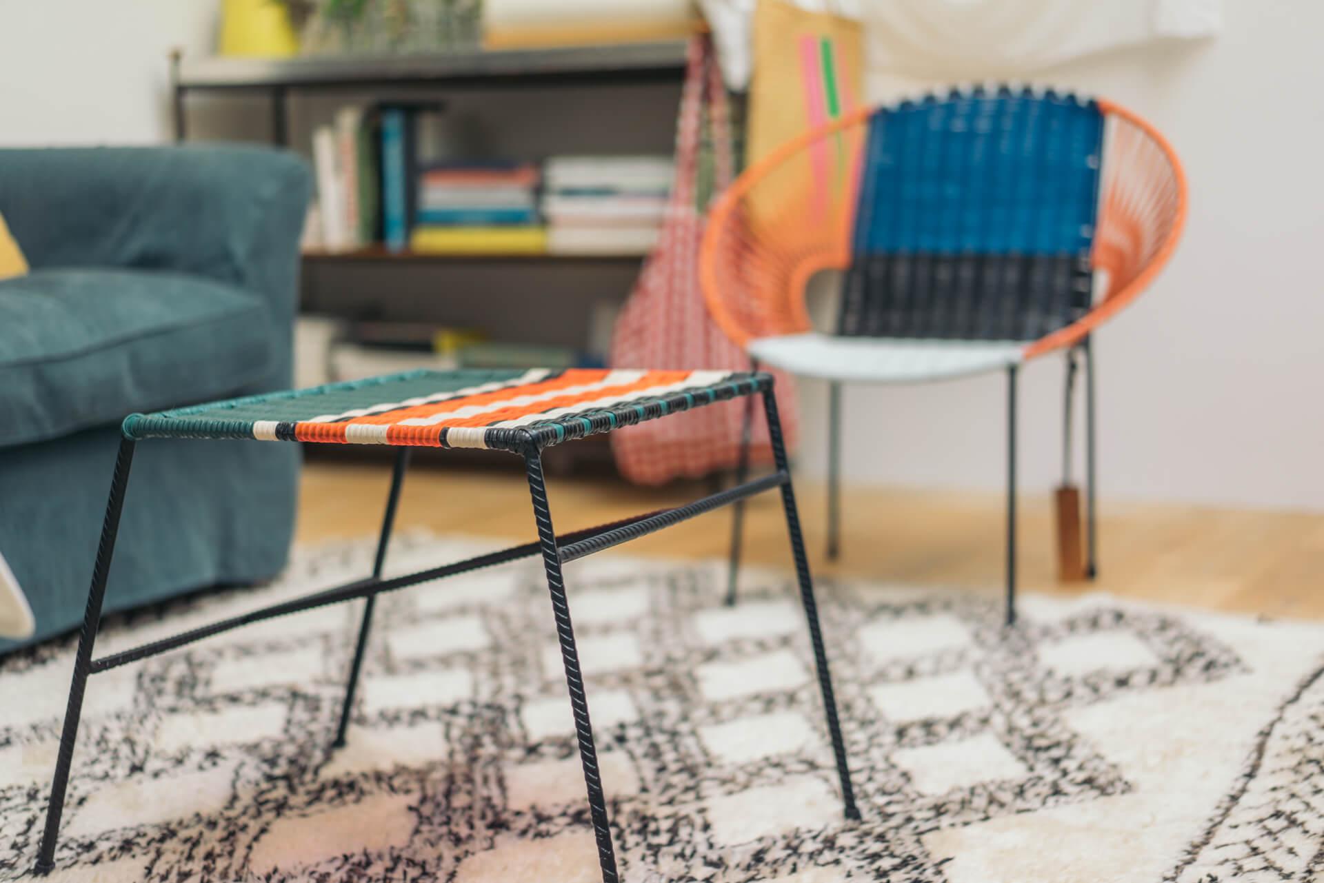 ネオンカラーが印象的なリビングのテーブル、椅子はファッションブランドMARNIのもの。