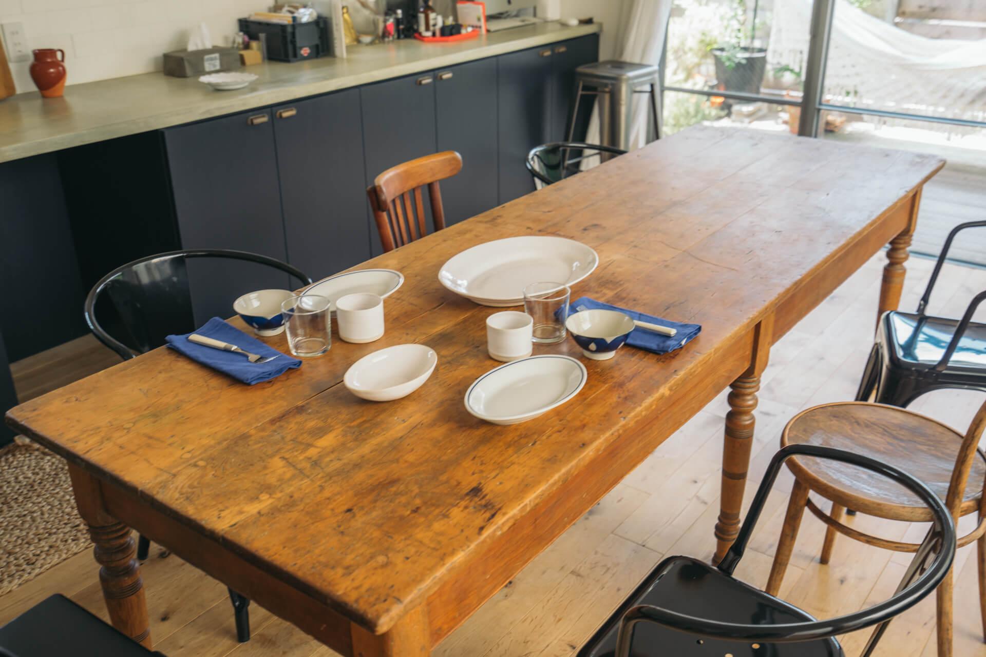 沖縄のやちむんや、イタリアのSaturniaなど、いろんなテイストをあわせて、いつものテーブルセットができあがります。