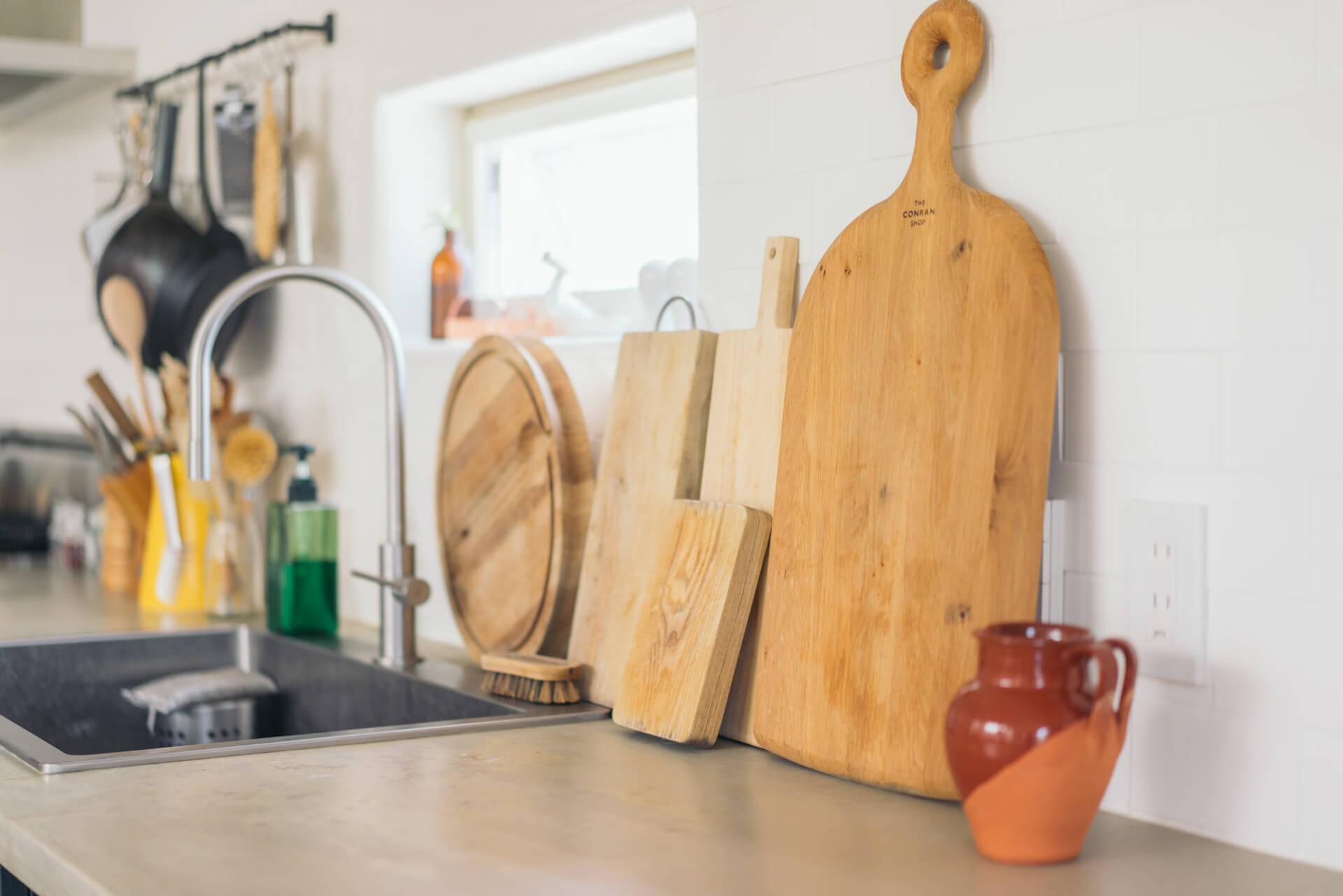 キッチンツールは黒のものと木の素材のもの。水回りに木の素材があると、ほっとしますね。