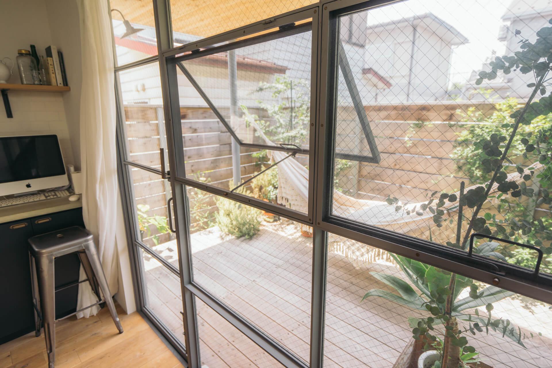 キッチンからお庭に出るドアも、鉄屋さん渾身の作。「さすが、わかってるな〜って感じですよね」とオザワさん。