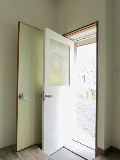坂道にあるお家らしく、地下室は外にも繋がっていて直接出入りすることもできます。なのでここに自転車を置いてそのままサイクリングに出かけたりも....!ドアは2重になっていて窓にはシャッターを下ろせるので防犯的にも心配いりません。
