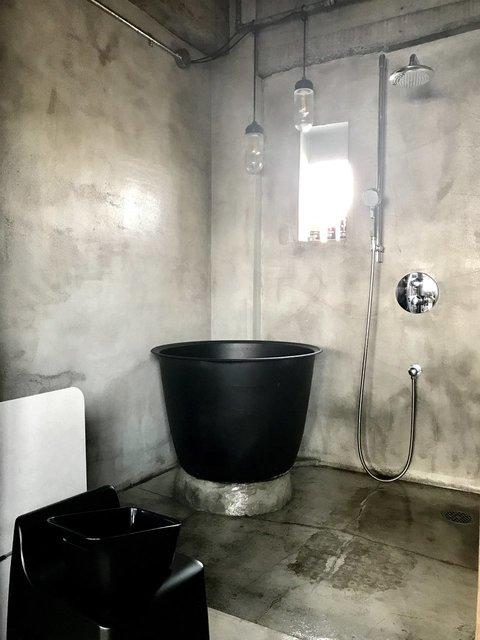 いきなり五右衛門風呂の置き型式が備わっている!しかも、なんとこれ、遠赤外線効果で体がとても温まるんです。事務所利用の際は、氷でスイカやワインを冷やすことも出来るそう。そんな使い方があったなんて初耳でした!