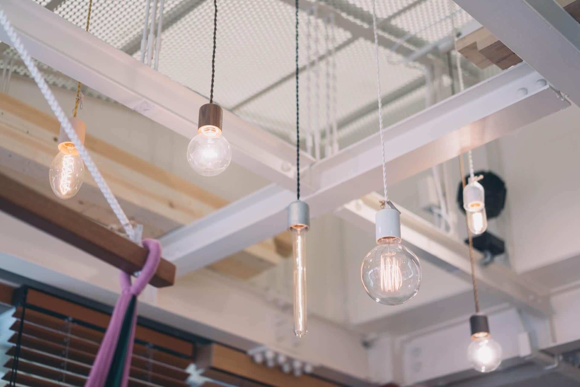 照明も、シンプルな形でありながらソケットの材質を陶器や鉄、ヒノキやサクラなど14種類もの中から選べます。