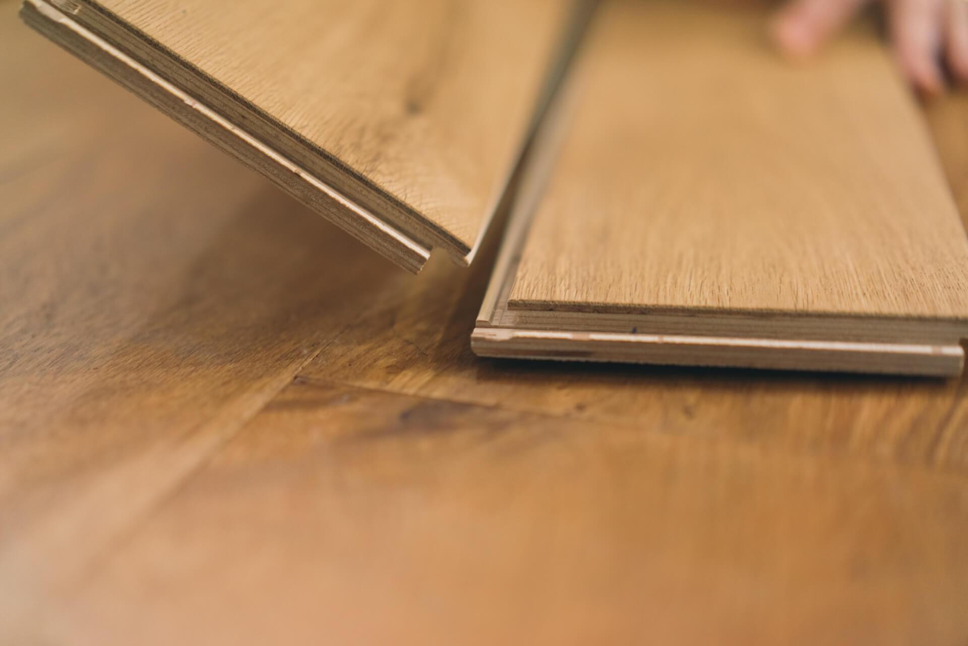 特殊なジョイントをはめこんでいくので、ずれたり隙間が気になることもありません。厚さ12mmと極力薄くすることでドアなど建具と干渉するリスクも低減。