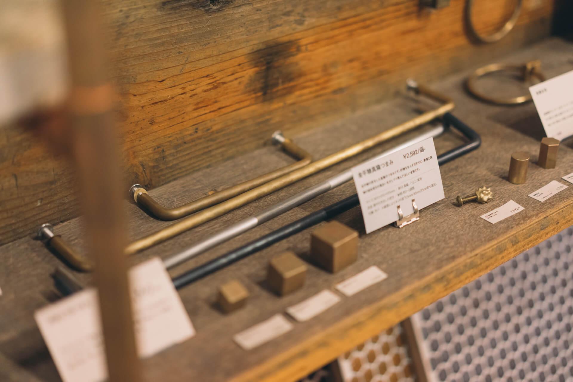 シンプルな鉄・ステンレス・真鍮の取っ手はサイズオーダーができるので、既存の取っ手にあわせてつくり、つけかえるだけ。