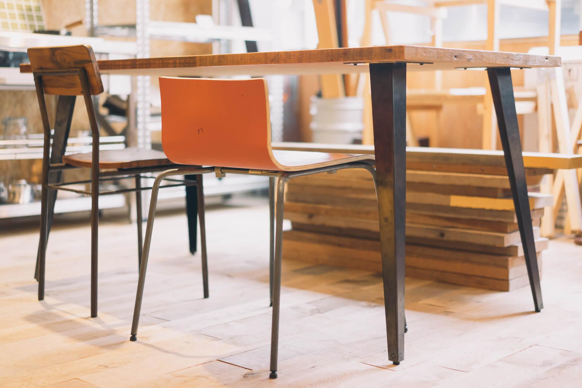 DIY ではまずこれから作る人も多いのではないでしょうか。脚と天板をくみあわせたテーブル。脚の形、天板の木材の材質も、さまざまなものが取り揃えられています。
