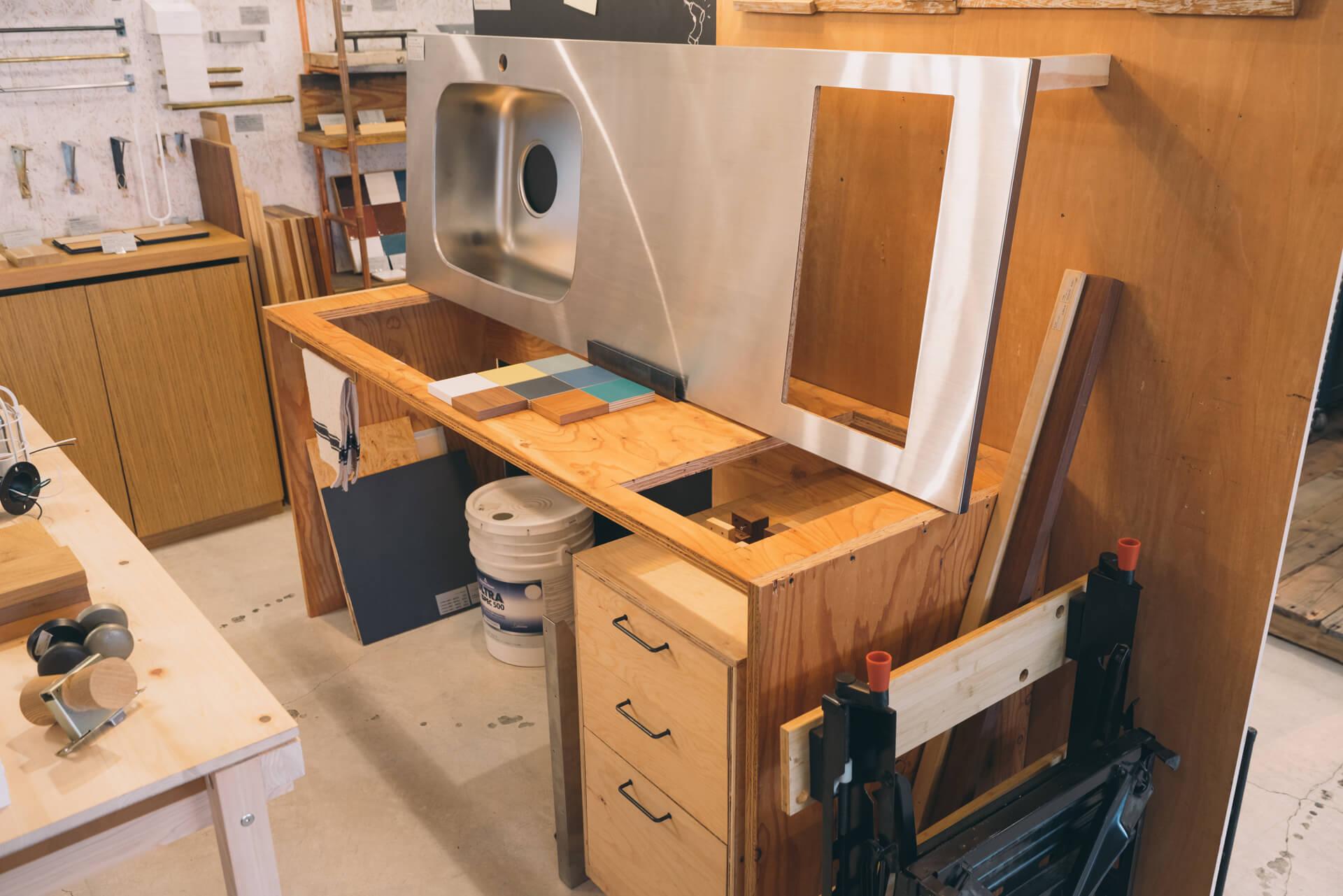 人気の商品である、幅と奥行きを10mm単位でオーダーできるキッチン天板も、構造がよくわかるように展示されていました。キッチンってこうやって作れるんだ。