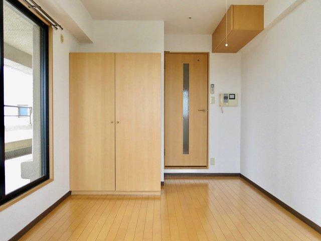 室内だけ見るとよくある1Kなんですが、横長にバルコニーがあって部屋自体も明るい。