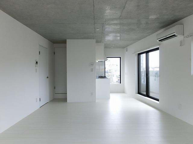 床や壁、キッチンまでが、真っ白。