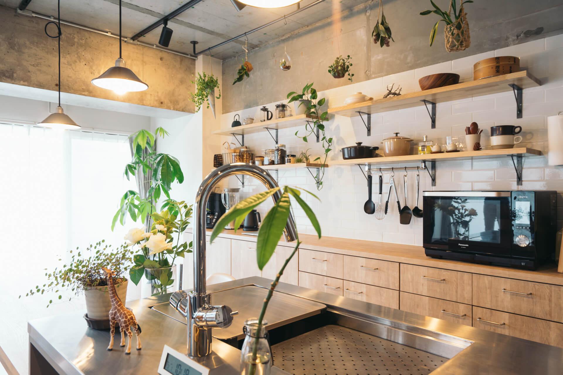 作業台の上、収納、天井からも、たくさんのグリーンが飾られた mi* さんの部屋→この部屋をもっと見る