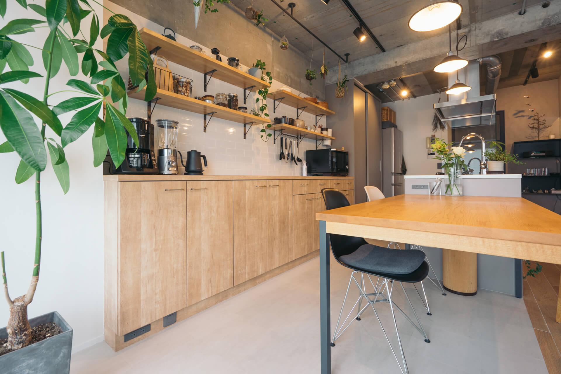 背の高いおふたりに合わせたダイニングテーブルは、設計士さんの知り合いの家具職人さんに作ってもらったもの。背面の収納もサイズぴったりに作られています。