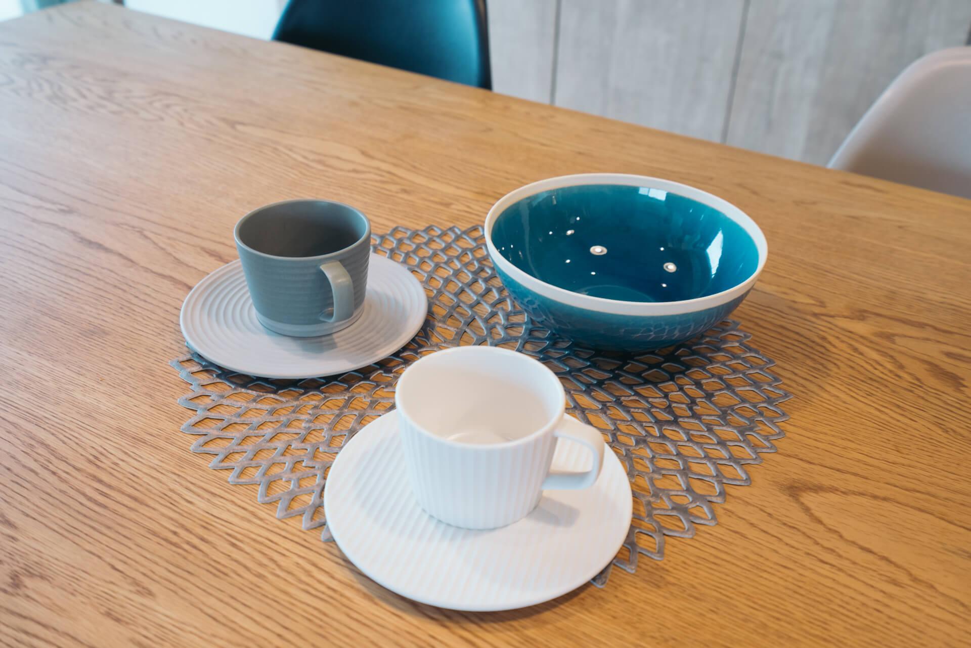 コーヒーカップ&ソーサーは、cekitay というシリーズのもの。その名の通り、石庭の砂と石の色を表現しています。インディゴブルーの器は美濃焼の SAKUZAN のもの。中目黒高架下の 85 で購入。
