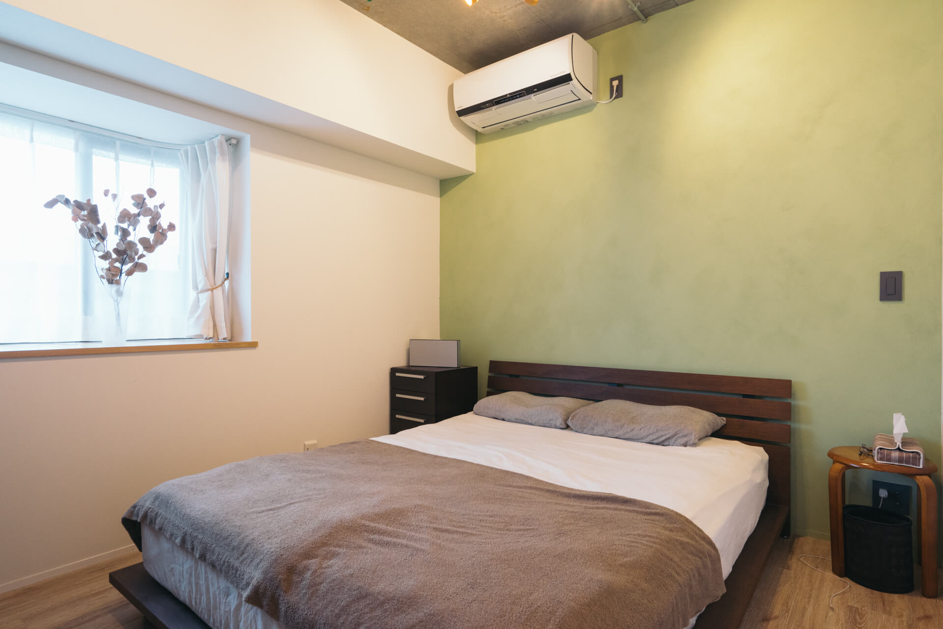 こちらはベッドルーム。やわらかい色合いが素敵な壁は、ポーターズペイントで色を選び、塗装しました。
