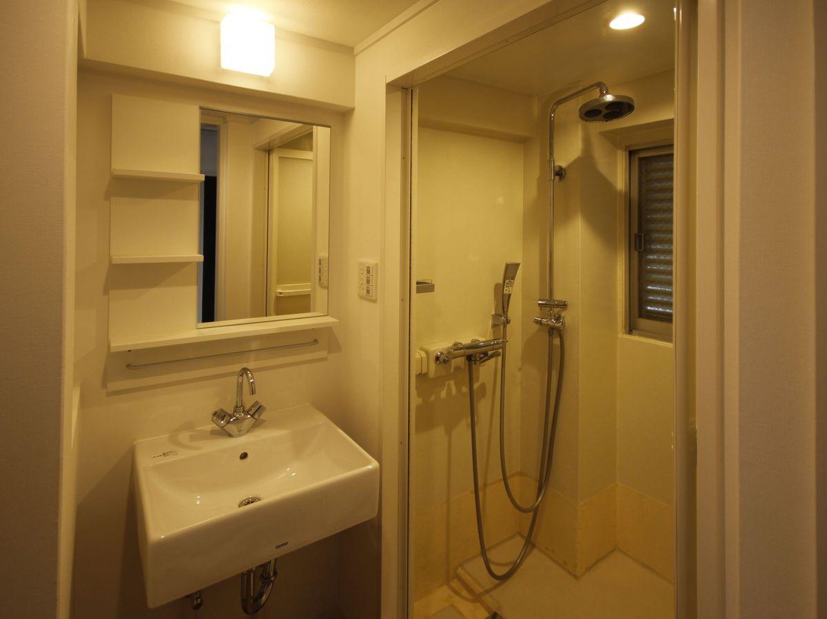 湯船が無い代わりにシャワーが充実(他に浴槽のある部屋も有)