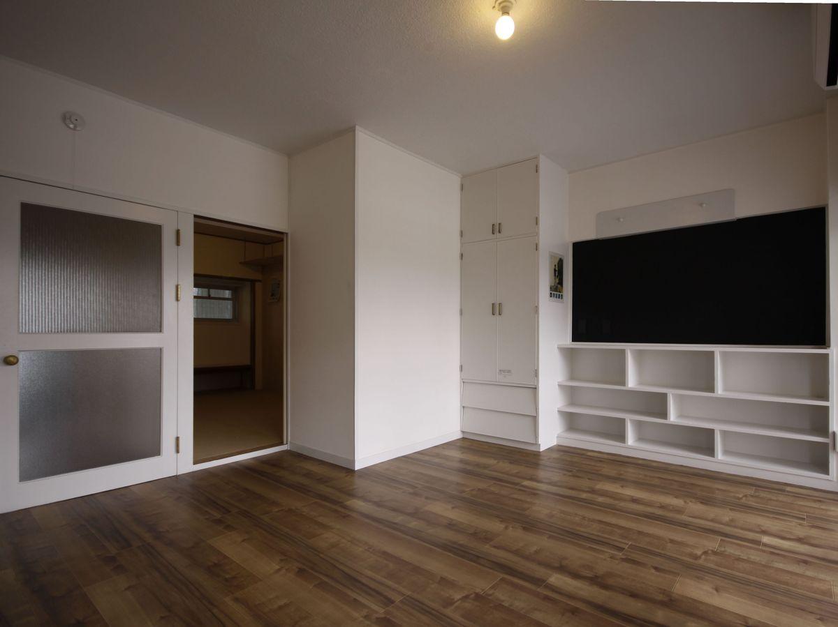 収納と棚が作りつけられているので家具を買わなくてもすぐ住むことができる。