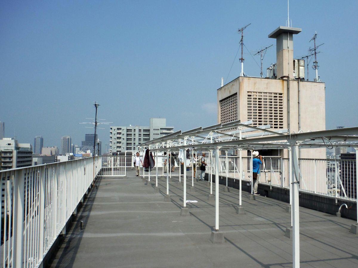 東中寺アパート屋上。バルコニーがないので屋上に共同物干し場が設けられた。(UR都市機構  東中寺アパート )
