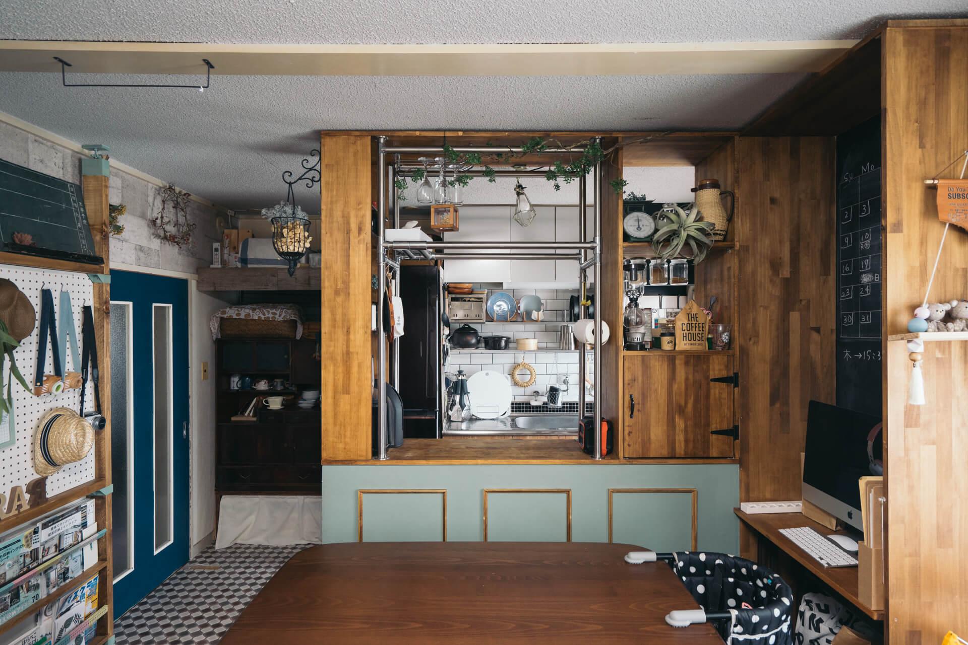 リビングから入り口を振り返ると、天井までの高さのあるキッチンカウンター。これは、sayo. さんの旦那さんが作ってくれたものだそう。