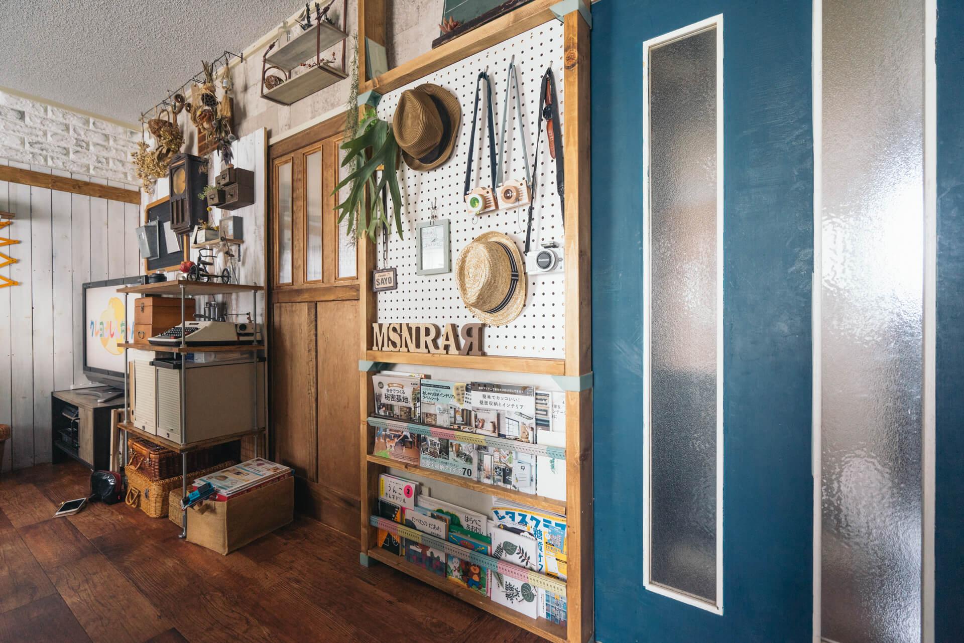 お子さんの小物や絵本、雑誌なども、壁に作った収納にすっきり片付いています。