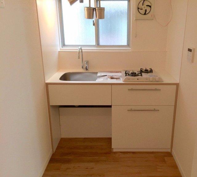 キッチンもTOMOS オリジナル。ワンルームだから、可愛くみせたいですよね。