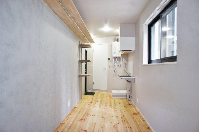 壁は一面オープンな収納になっています。少ないモノを飾りながらかっこよく生きたい。