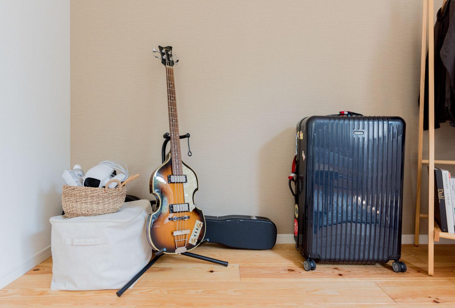 ベースとスーツケース。かっこいい。「学生時代は旅行ばかり行っててぜんぜんお金がなかった」という旅行好きの越智さん。今度南インドに行くそう。いいなー!